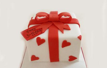 Bánh kem hình hộp quà chúc mừng sinh nhật ấn tượng không thể bỏ qua