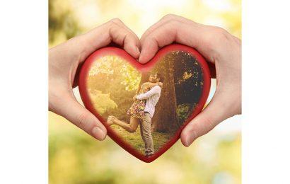 Tiện ích ghép và lồng ảnh vào khung hình tình yêu trái tim cầm tay